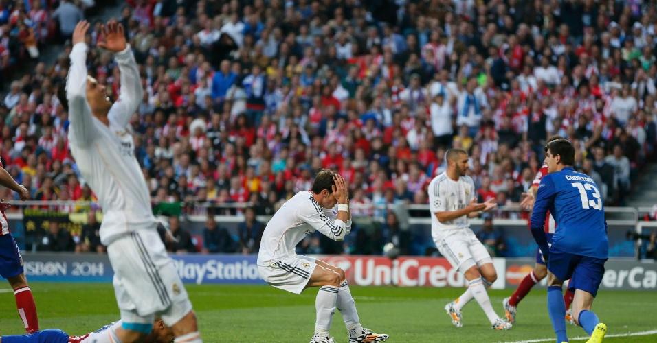 24.mai.2014 - Cristiano Ronaldo (esq), Bale (centro) e Benzema (dir) lamentam chance perdida pelo Real Madrid na final da Liga dos Campeões