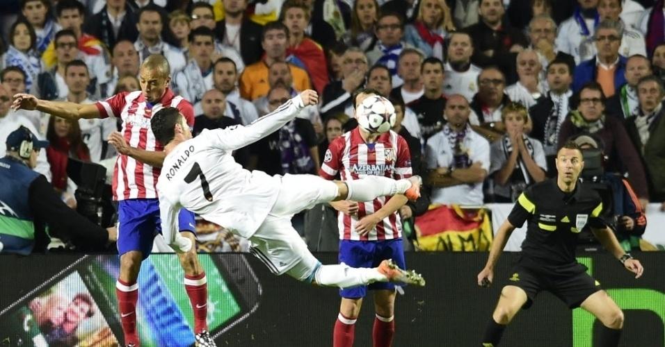 24.mai.2014 - Cristiano Ronaldo faz lindo voleio, mas Real só chega ao empate com Sérgio Ramos