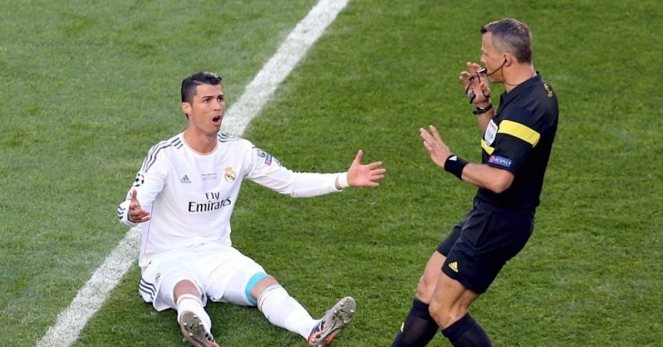 24.mai.2014 - Cristiano Ronaldo pede falta e reclama com o árbitro na final da Liga