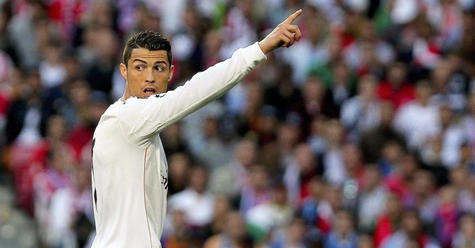 24.mai.2014 - Cristiano Ronaldo pede lançamento para companheiros durante final da Liga dos Campeões
