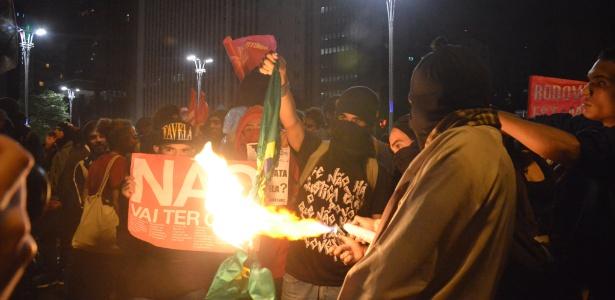 Manifestantes queimam álbum em protesto contra a Copa do Mundo