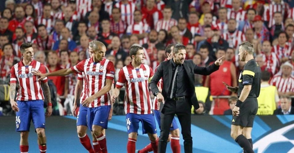 24.mai.2014 - Simeone reclama muito com o árbitro após levar a virada