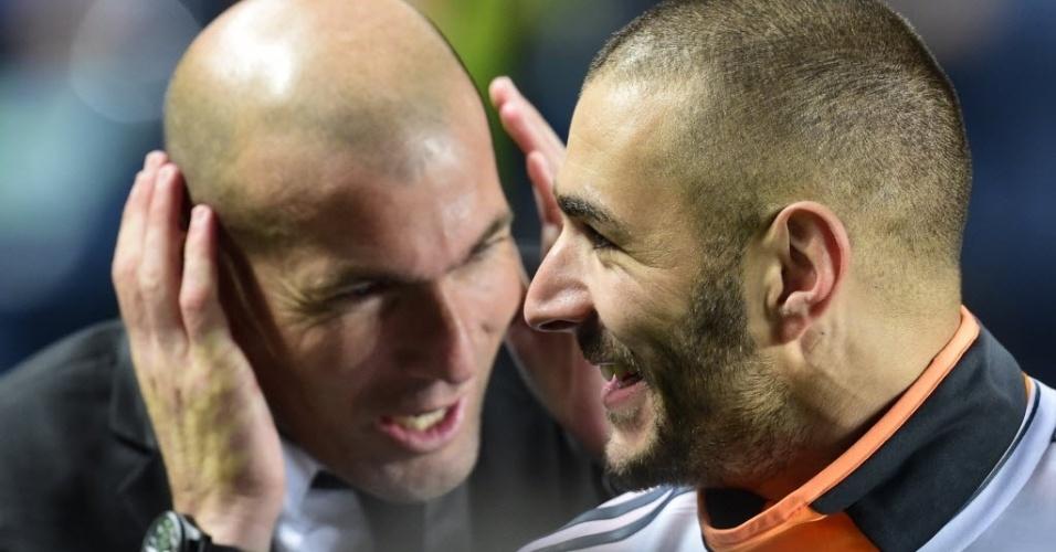 24.mai.2014 - Zinedine Zidane e Karim Benzema se alegram com a vitória do Real
