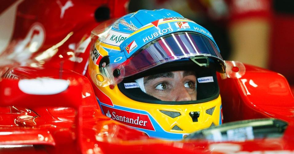 Alonso se concentra no carro antes de início do treino oficial em Mônaco