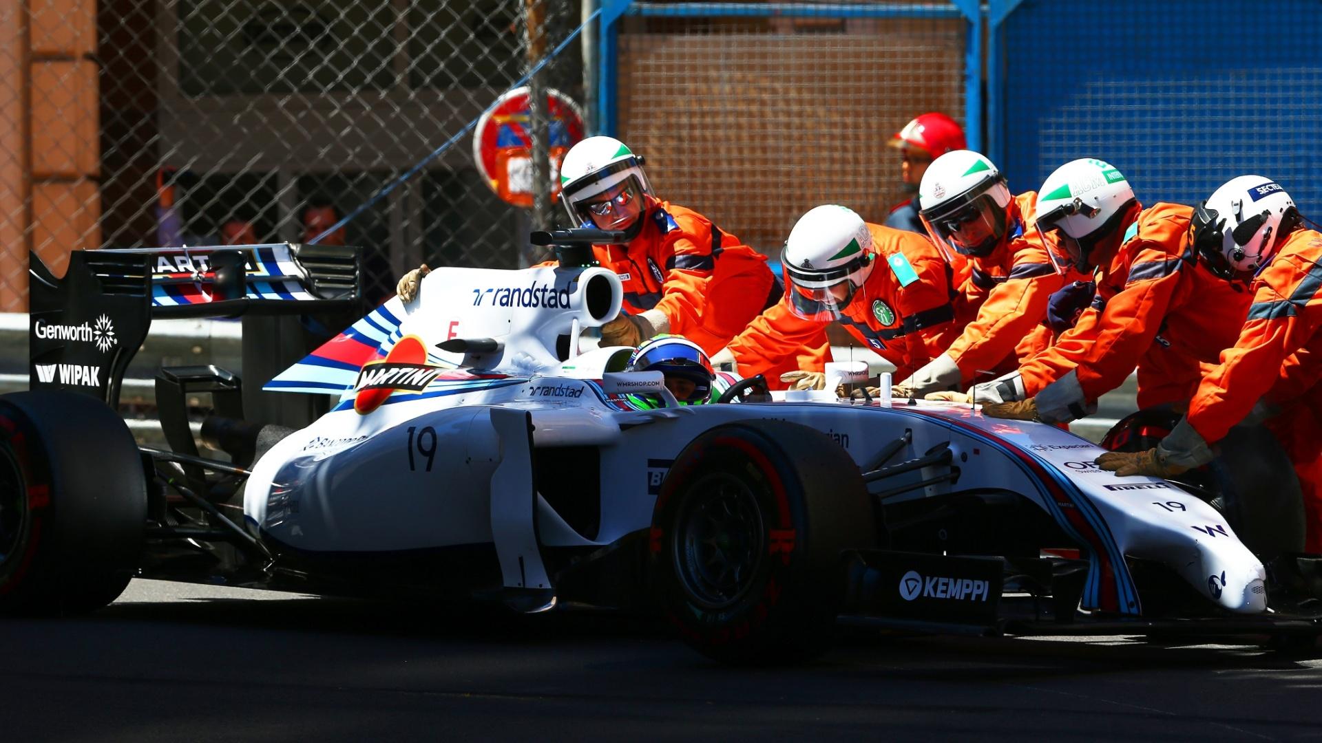 Felipe Massa tem o carro retirado da pista após acidente com Ericsson