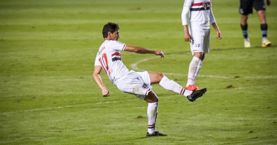 Ganso tenta enfiada de bola no Morumbi em duelo entre São Paulo e Grêmio (22.mai.2014)