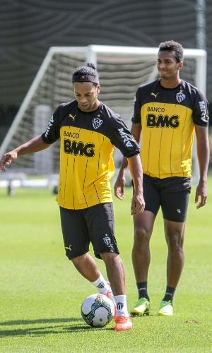 Ronaldinho Gaúcho participa de treino do Atlético-MG na Cidade do Galo