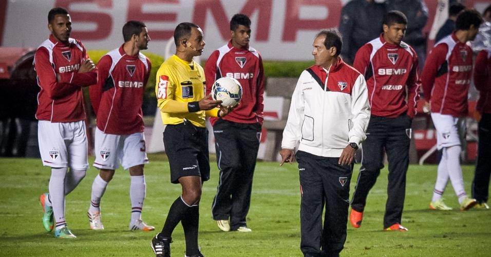 Técnico Muricy Ramalho conversa com árbitro da partida entre São Paulo e Grêmio, no Morumbi (24.mai.2014)