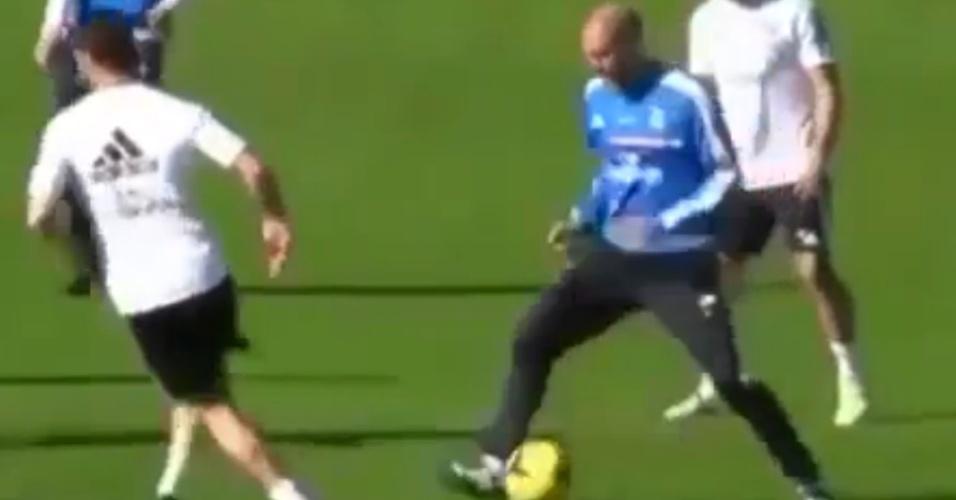 Zidane leva bola entre as pernas durante brincadeira em treino do Real Madrid