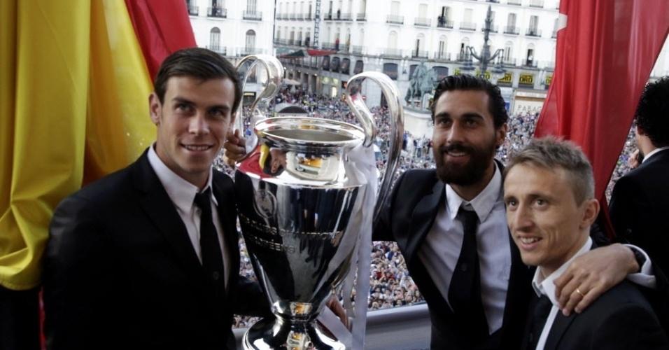 25.mai.2014 - Bale, Arbeloa e Modric posam com a taça na sede do governo madrilenho