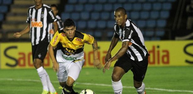 Bruno Lopes, que interessa ao Santos, em ação pelo Criciúma em duelo contra o Atlético-MG