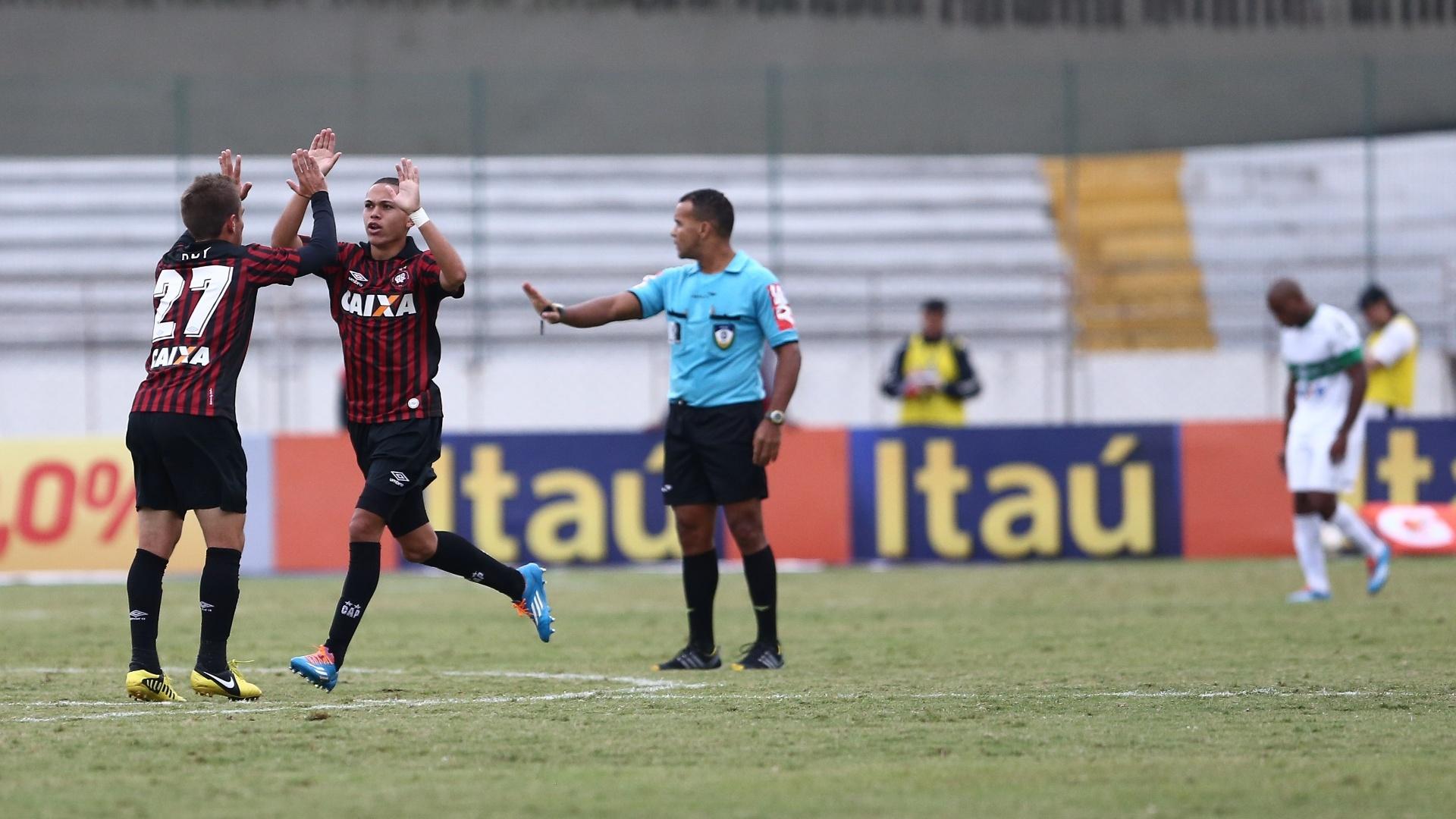 25.mai.2014 - Marcos Guilherme (dir) comemora gol do Atlético-PR no clássico contra o Coritiba pelo Brasileiro