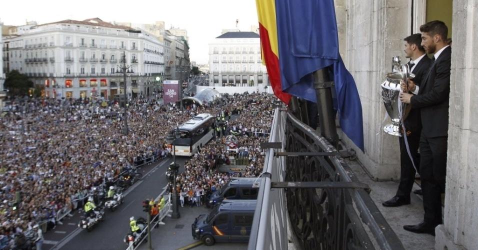 25.mai.2014 - Uma multidão acompanhou a ida dos jogadores à sede do governo para ver a taça