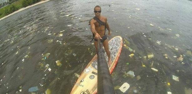 Águas da Baía de Guanabara repletas de lixo