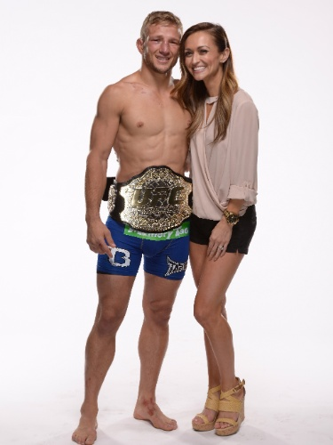 Dillashaw, novo campeão peso galo do UFC após bater Renan Barão, posa com sua noiva após a vitória