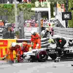 Sergio Perez bateu logo no início da prova e precisou abandonar - AFP PHOTO / ANNE-CHRISTINE POUJOULAT