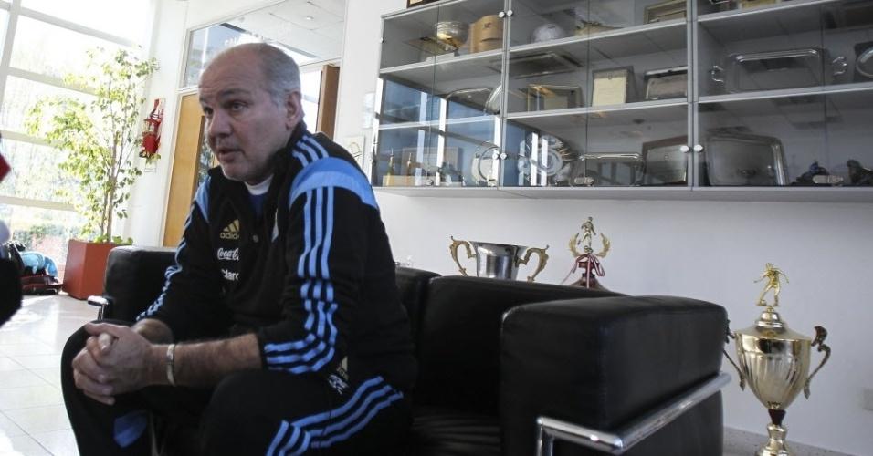 23.mai.2014 - Alejandro Sabella, técnico da Argentina, concede entrevista em Ezeiza, onde a seleção se prepara para a Copa