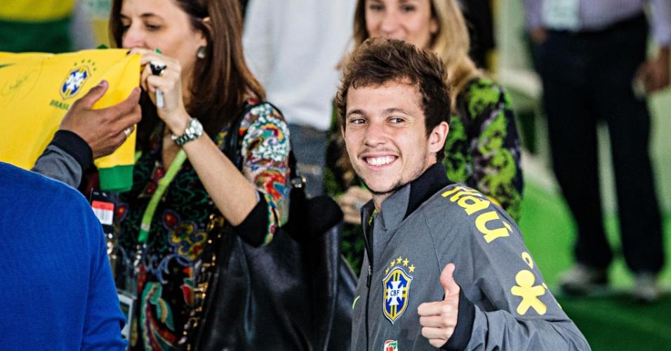 26.05.14 - Bernard faz sinal de positivo em sua apresentação na seleção brasileira