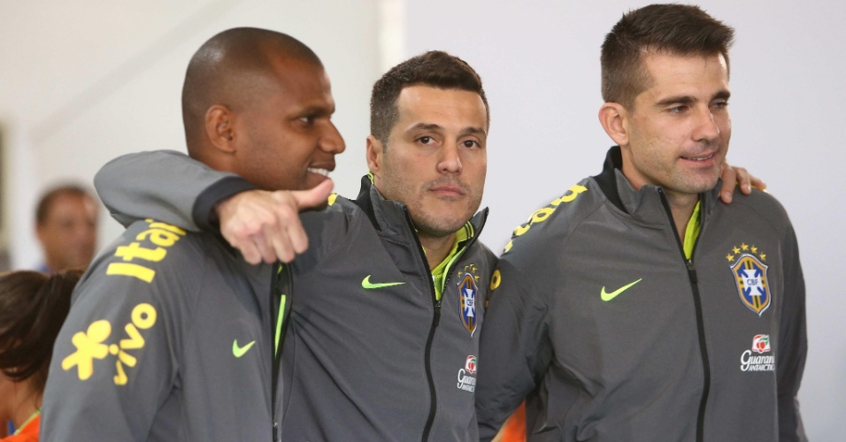 26.05.14 - Goleiros da seleção para a Copa, Jéfferson, Júlio César e Victor posam para foto na Granja Comary