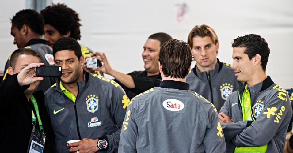 26.05.14 - Jogadores da seleção brasileira tiram fotos durante apresentação na Granja Comary