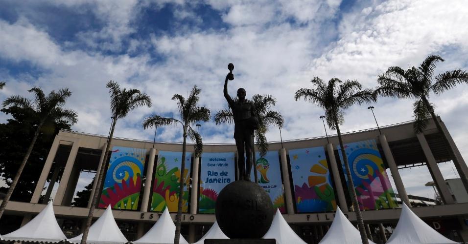 26.05.14 - Maracanã aparece já decorado com a sinalização da Fifa para a Copa do Mundo