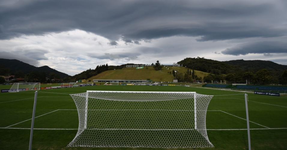 26.05.14 - Nuvem encobre parte de campo de treinamento da seleção na Granja Comary