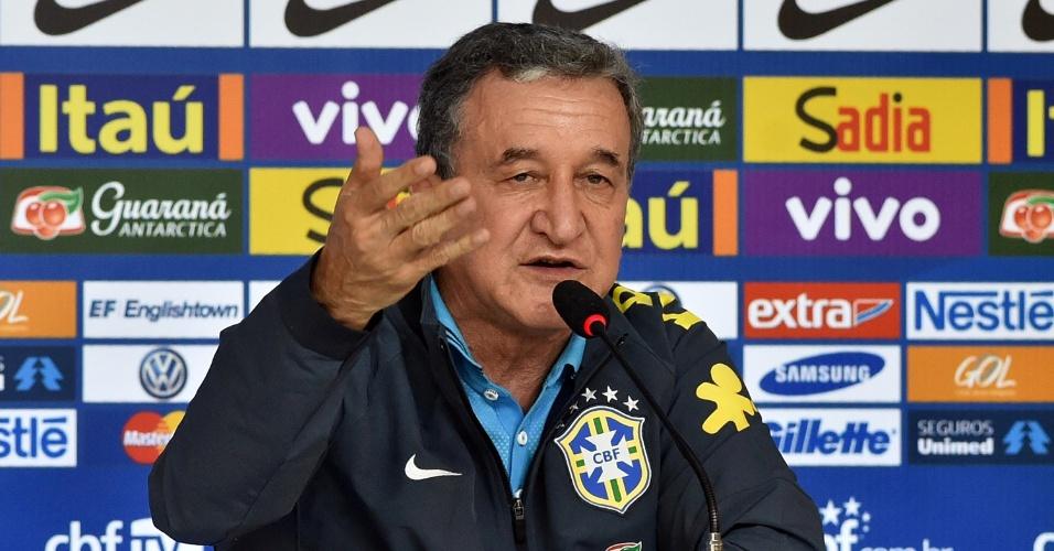 26.05.14 - Parreira gesticula durante a entrevista coletiva da comissão técnica brasileira na Granja Comary