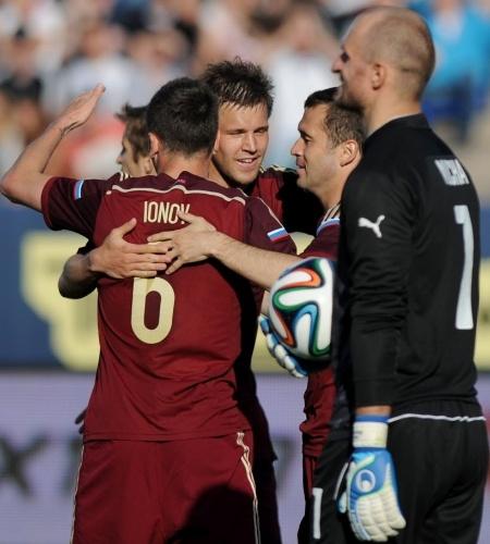 26.mai.2014 - Coberto pelo goleiro rival, Kerzhakov celebra seu gol, o da vitória da Rússia sobre a Eslováquia