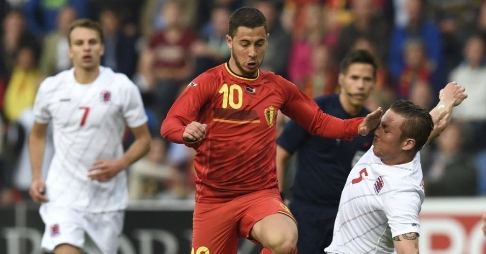 26.mai.2014 - Eden Hazard tenta jogada para a Bélgica sobre a marcação da seleção de Luxemburgo