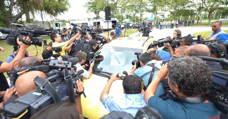 26.mai.2014 - Jornalistas se aglomeram em taxi do zagueiro Dante; jogadores da seleção se apresentam em hotel no Rio