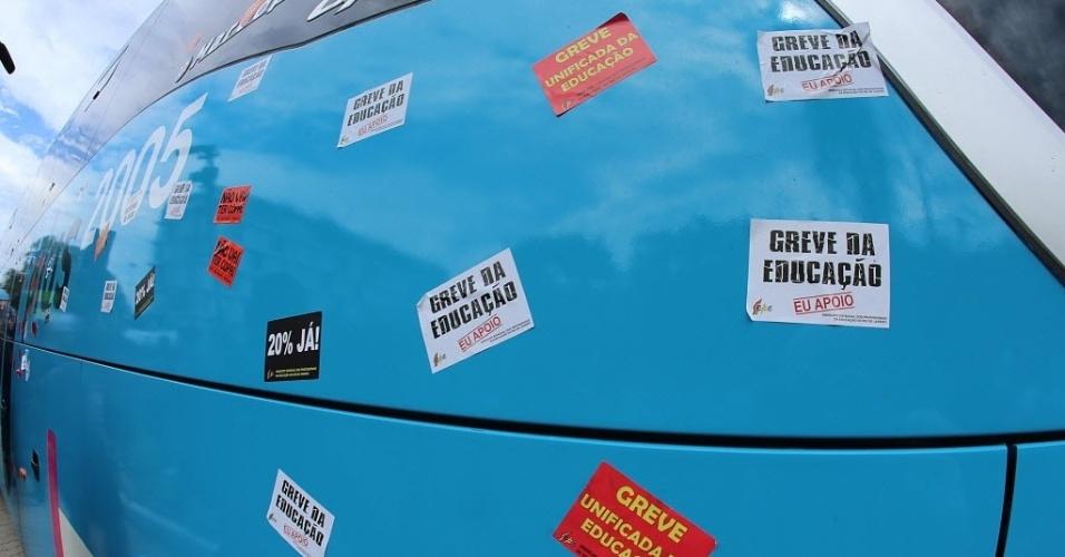 26.mai.2014 - Manifestantes colaram vários adesivos de protesto na lataria do ônibus da delegação brasileira