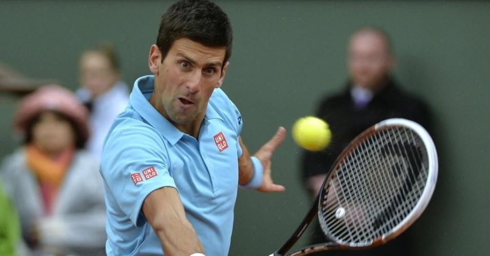 26.mai.2014 - Novak Djokovic golpeia a bola durante partida contra o português João Sousa em Roland Garros