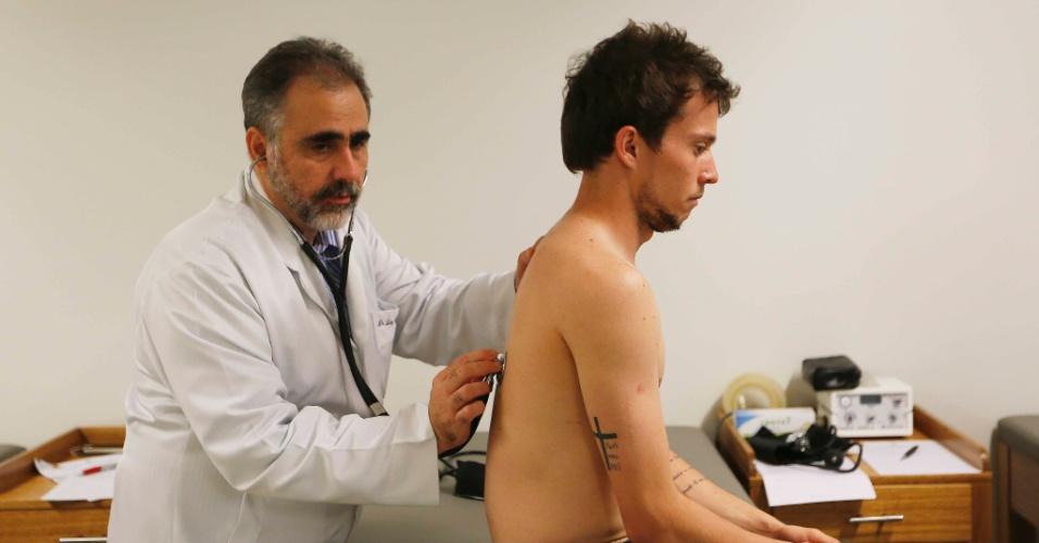 Bernard é examinado por médico da seleção brasileira na Granja Comary