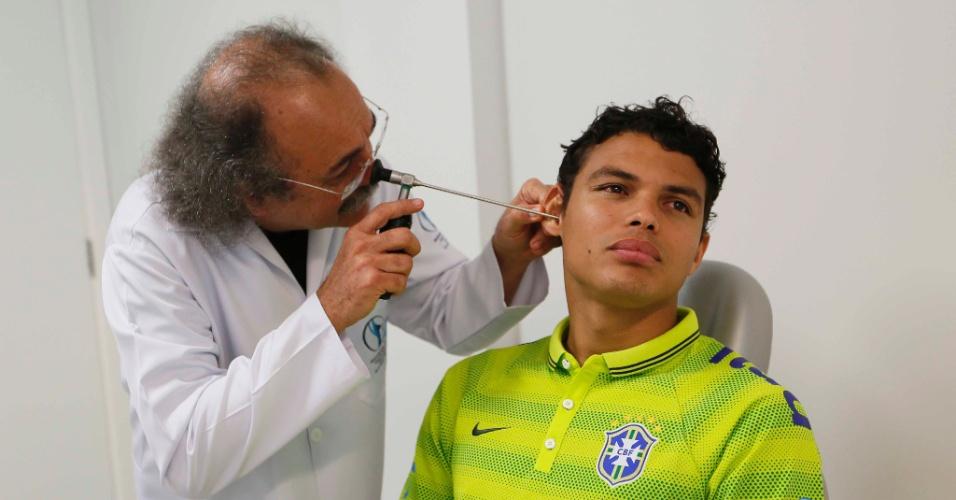 Capitão de seleção brasileira, zagueiro Thiago Silva é examinado por médicos