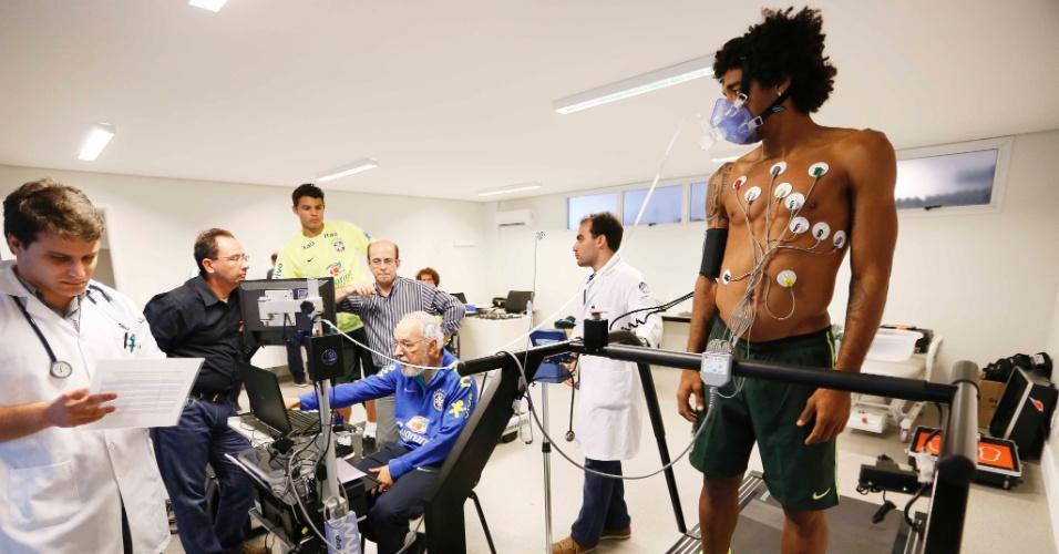 Dante faz exames após apresentação na seleção brasileira
