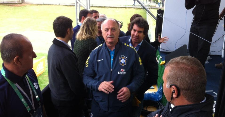 Felipão chega para cumprimentar jornalistas que estão na Granja Comary