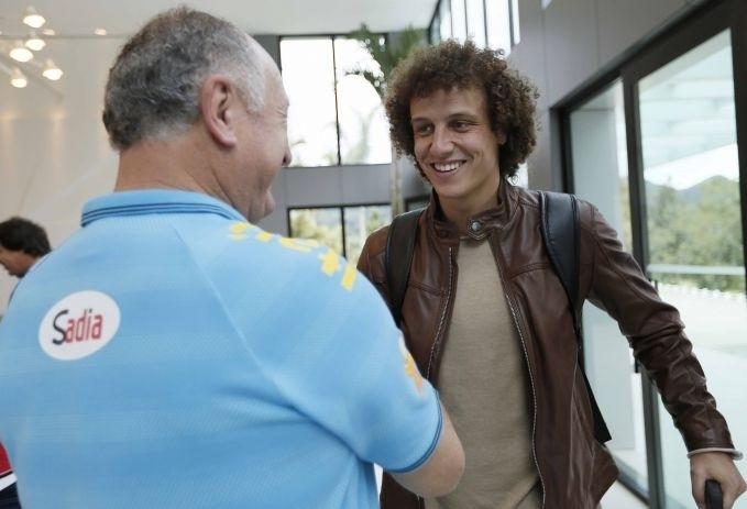 Felipão cumprimenta zagueiro David Luiz, novo jogador do PSG
