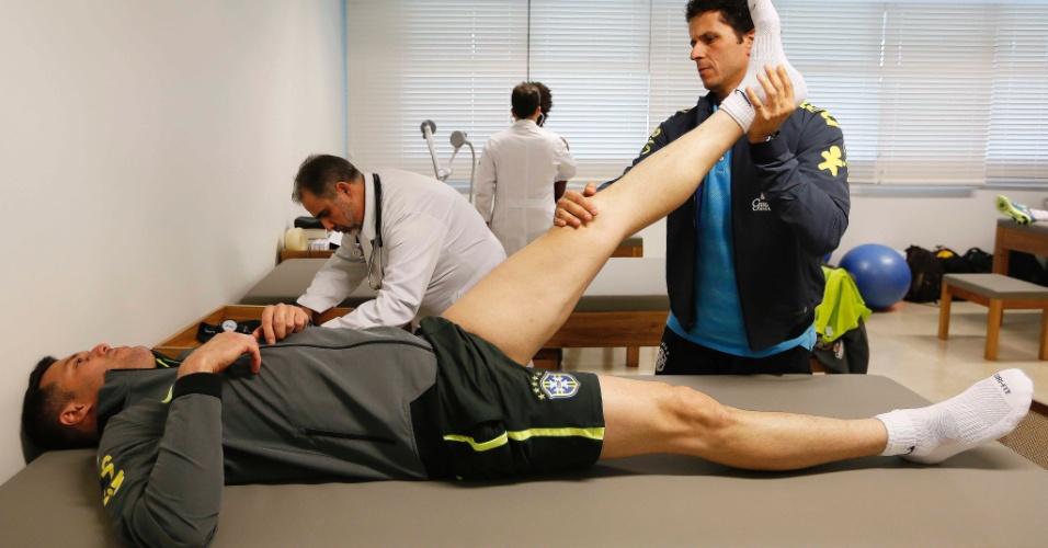 Goleiro Júlio César passa por avaliação médica antes do começo dos treinos pela seleção