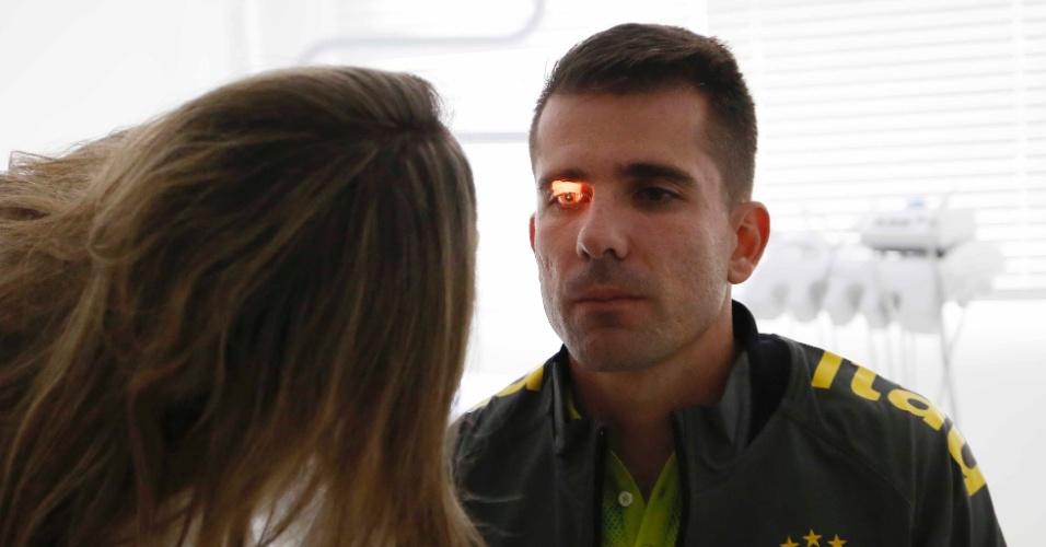 Goleiro Victor tem vista examinada antes de início dos treinos pela seleção