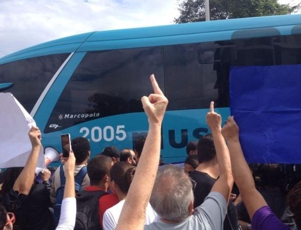 Jogadores da seleção brasileira foram recepcionados de forma hostil por manifestantes em frente a hotel no Rio de Janeiro, nesta segunda