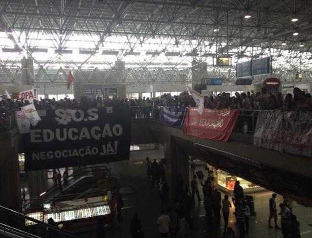 Manifestantes fizeram protesto nos arredores do hotel em que a seleção está hospedada, no Rio de Janeiro