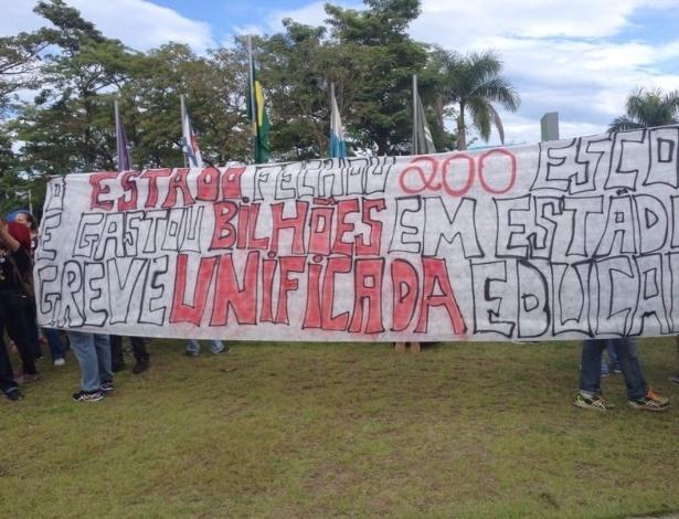 """""""Não vai ter Copa"""" e """"Da Copa eu abro mão, quero mais dinheiro pra saúde e educação"""" eram os gritos mais ouvidos pelos manifestantes."""