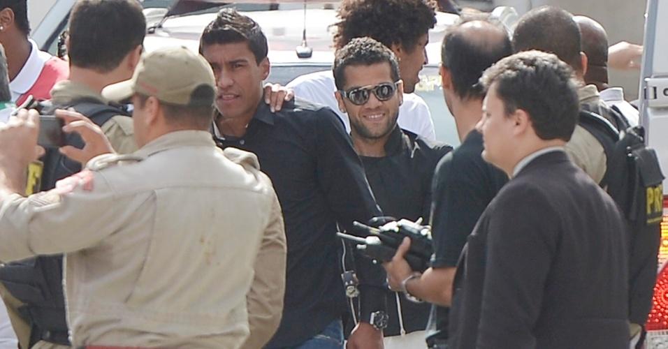 Paulinho e Daniel Alves se junto ao restante do grupo da seleção para ir até a Granja Comary, em Teresópoli