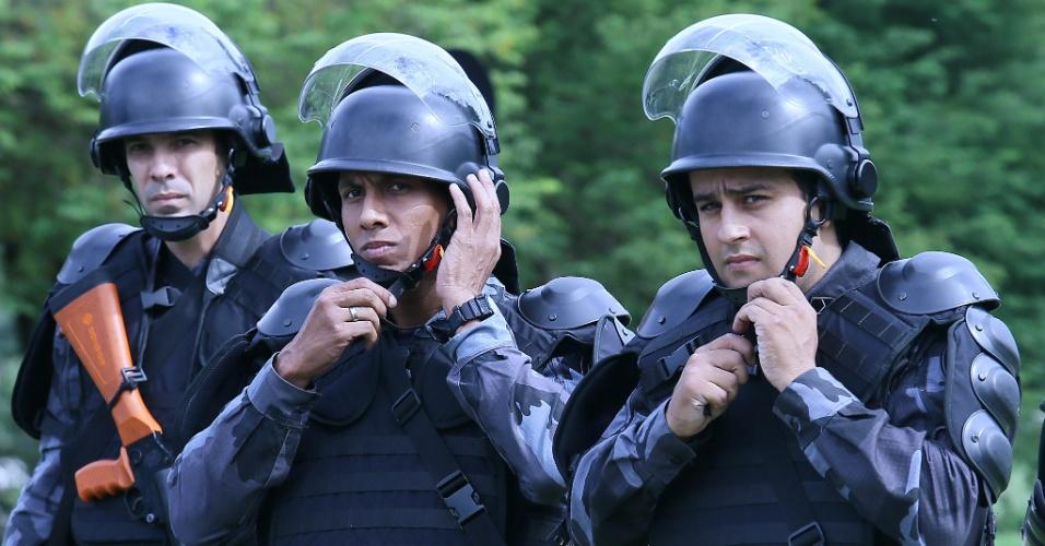 Policiais se preparam para conter protesto de professores na chegada dos jogadores da seleção brasileira