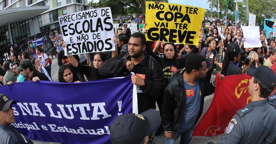 Professores fazem protesto na entrada do hotel em que a seleção brasileira está hospedada, no Rio de Janeiro