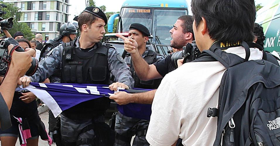 Com dedo em riste, manifestante encara policial no protesto dos professores no Rio de Janeiro