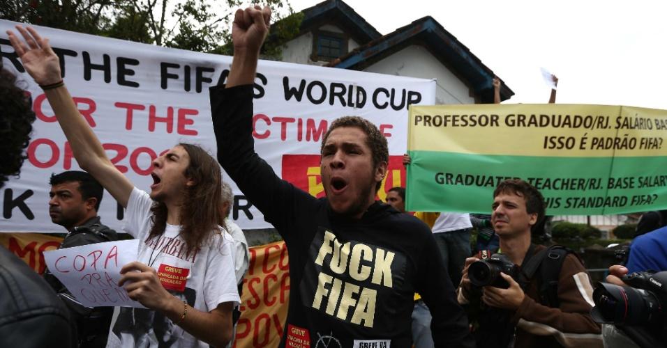 Protestos seguiram seleção e recomeçaram na chegada do time à Granja Comary, em Teresópolis