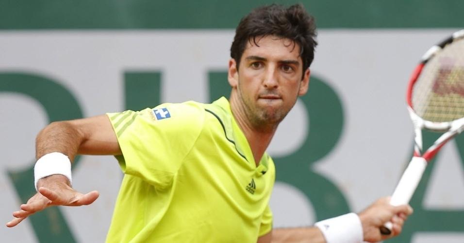 Thomaz Bellucci golpeia a bola durante partida contra o alemão Benjamin Becker na sua estreia em Roland Garros