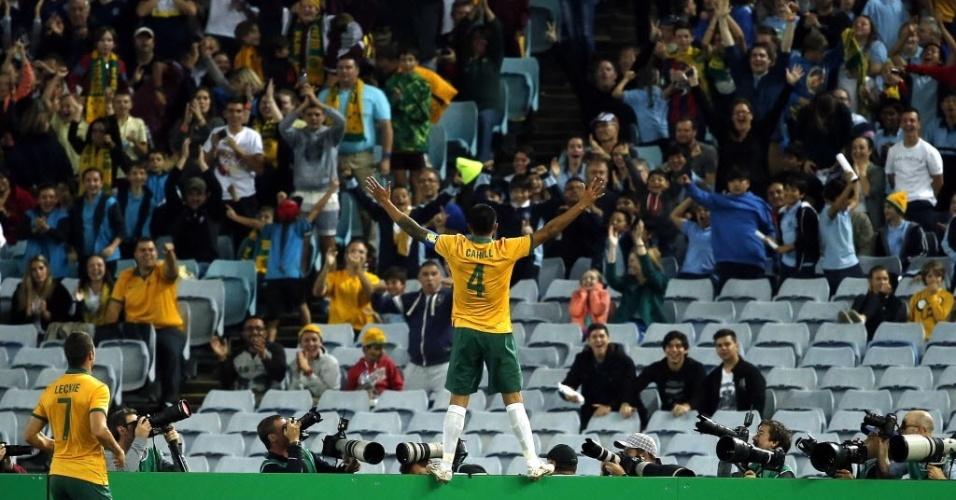 Tim Cahill comemora com a torcida após marcar o único gol da Austrália contra a África do Sul