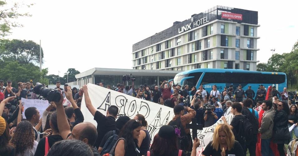 Um grupo de aproximadamente 100 professores provocou um tumulto na porta do hotel em que alguns jogadores da seleção se apresentaram, no Rio de Janeiro